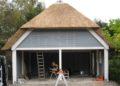 Hilsebaan: carport met rieten dak